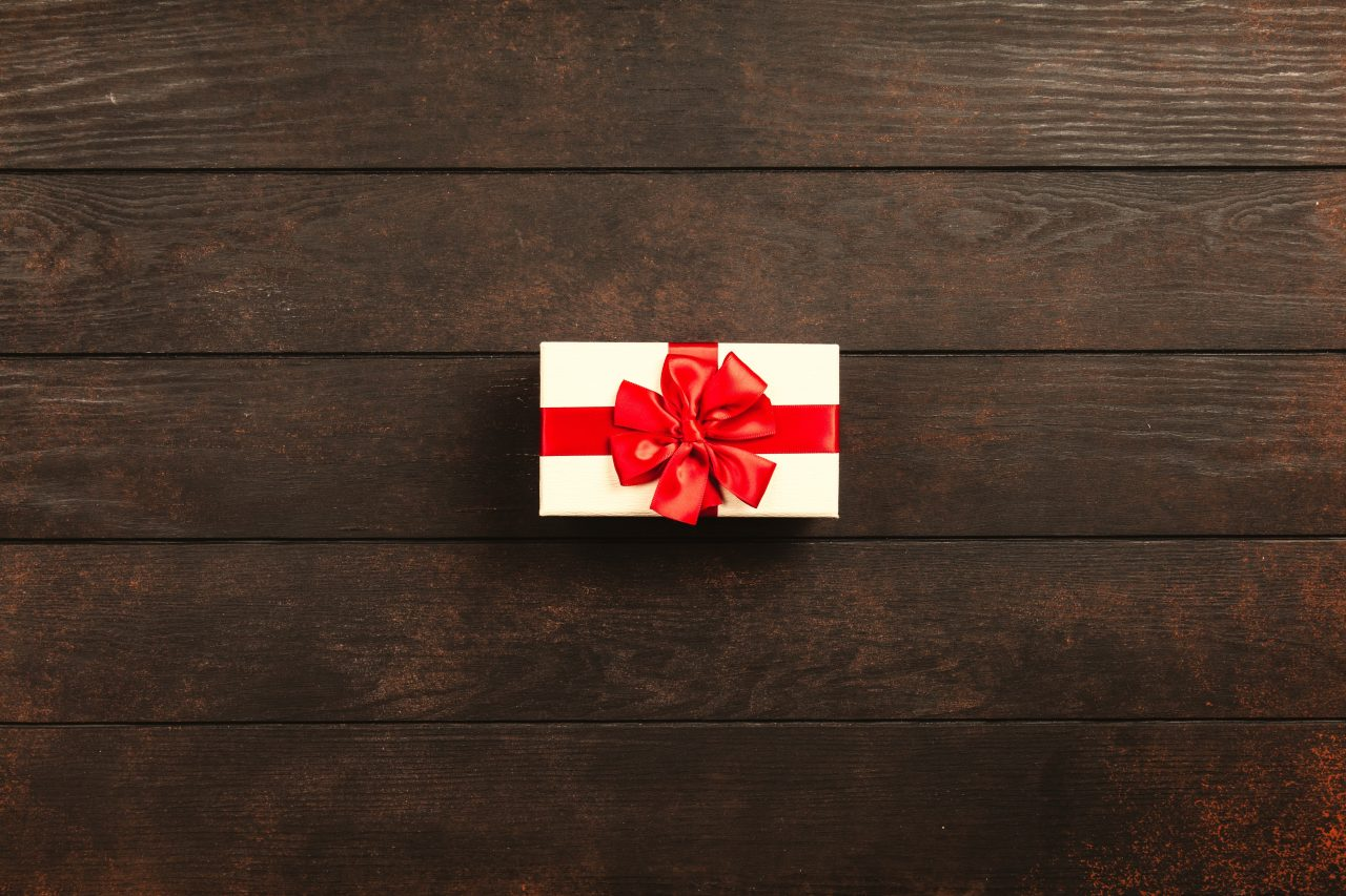 rectangular-white-and-red-gift-box-1303079-1280x853.jpg