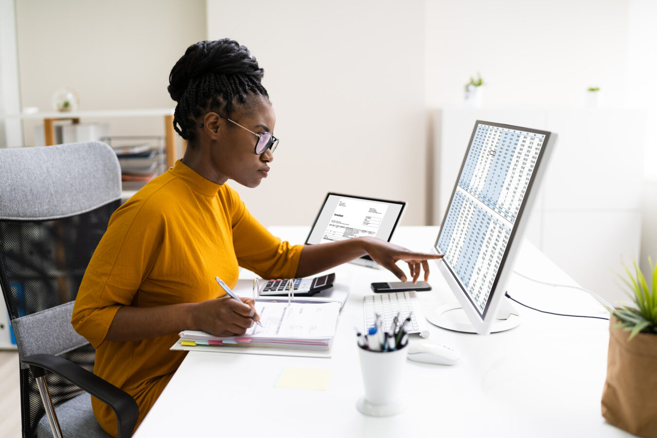 A young woman uses her computer to gather zero-party data.